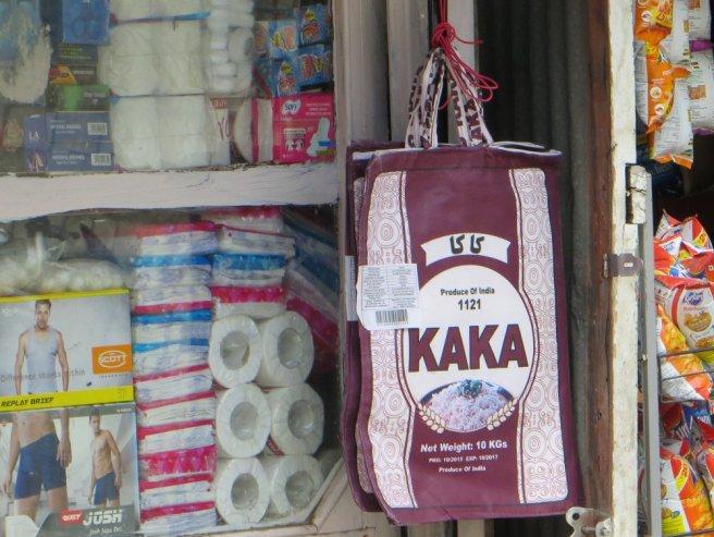 Sacs assortis à la vitrine de la boutique (Keylong)