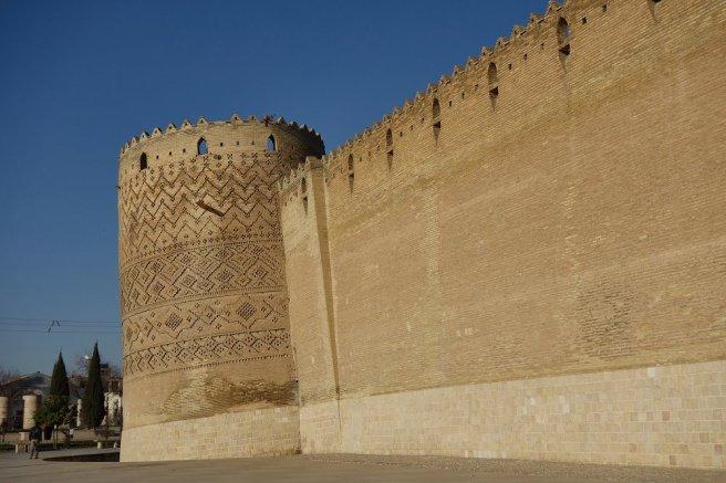 Citadelle de Karim Khan, avec une de ses 4 tours qui penche ! Le mur d'enceinte possède même un décroché pour rattraper la verticale !