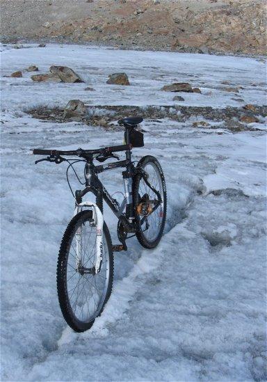Mini-crevasses sur le bas du glacier de Saint Sorlin, idéales pour garer un vélo !