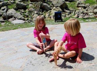 Les filles jouent sur la terrasse entre 2 rotations d'hélico