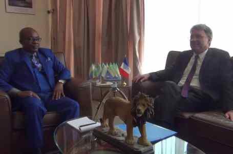 L'ambassadeur de France au Gabon en audience chez le Gouverneur de l'Estuaire.
