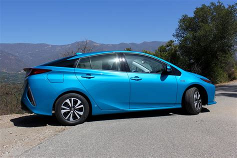 toyota simultaneously focusing hybrids battery powered electric vehicles