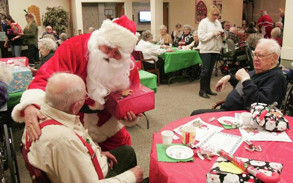 Christmas-is-warmer-if-your-family-join-Christmas-outdoor-activities-such-as-visit-a-nursing-home-to-spread-joy-to-the-elderly-