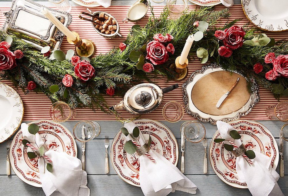 Christmas table settings-Perfect-dining-table-arrangement-for-a-Christmas-with-greenery