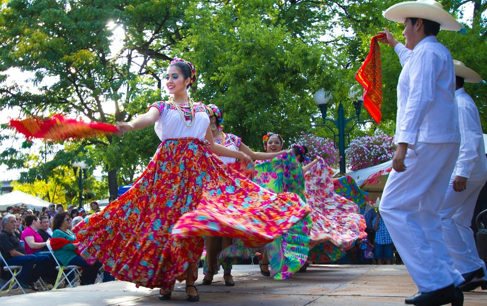 dancing - how Independence Day celebrate in Mexico