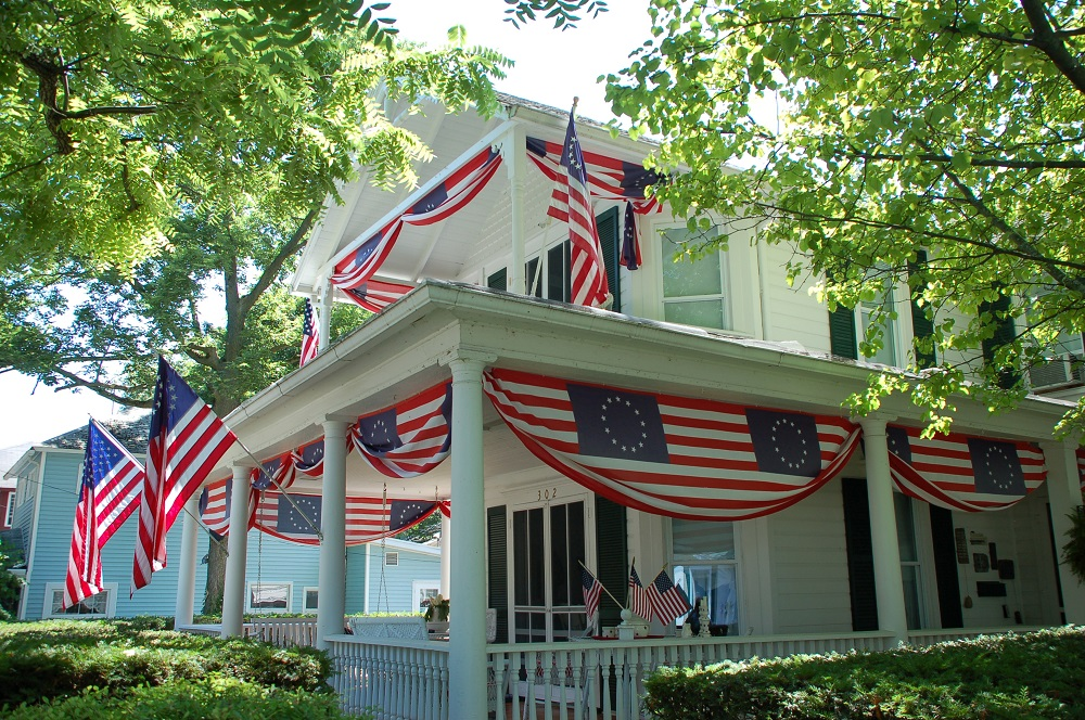 outdoor decor - how to decorate the house on Independence Day
