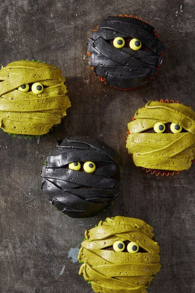 Mummy Cupcakes - cute Halloween food ideas for party