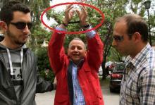 Συνελήφθη για χρέη ο τραμπούκος των ΜΜΕ Γιώργος Κουρής, για να αφεθεί ελεύθερος – Παράσταση καραγκιόζη καθ' οδόν.