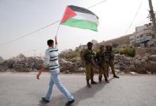 Και στη Παλαιστίνη, ένας Παλαιστίνιος «Αχιλλέας» βγάζει γλώσσα και κοροϊδεύει τους Εβραίους εισβολείς.