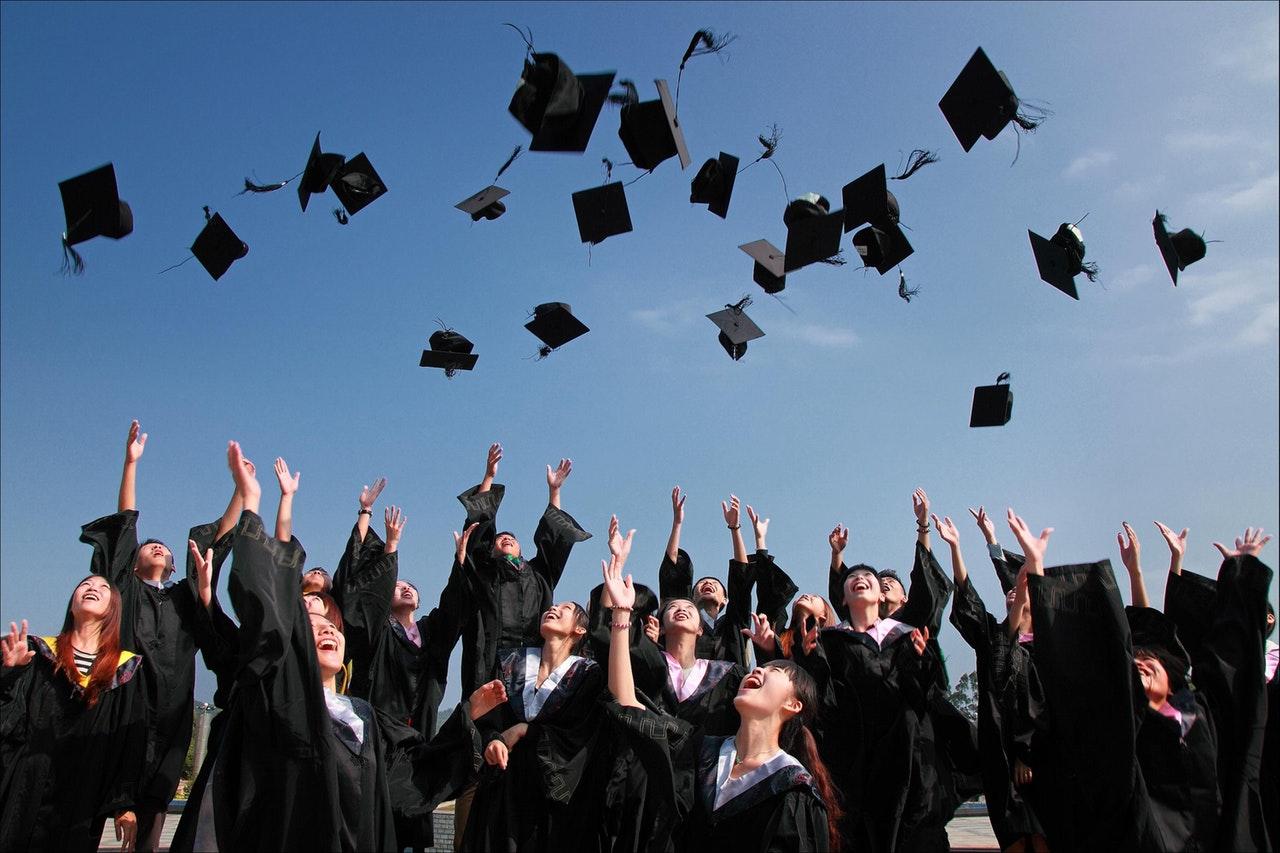 卒業式で帽子を投げている卒業生