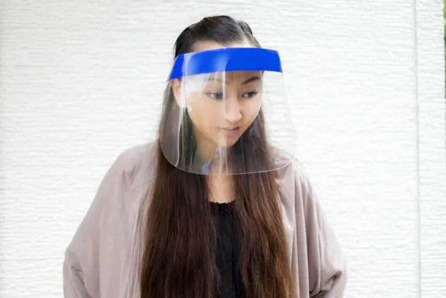 防塵カバーイメージフェースシールドをかぶる女性