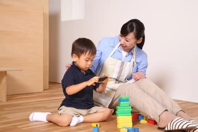 スマホおもちゃ積み木母と子供