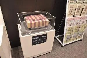 一億円持ち上げる貨幣博物館日本橋