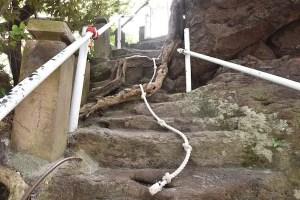荒平神社鹿屋の海岸の神社参拝ロープ