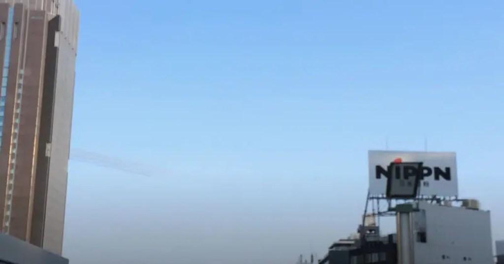 ブルーインパルス都心上空飛行新宿駅前から撮影2014年SAYONARA国立競技場