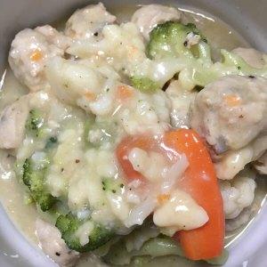 鶏つくねと冷凍洋風野菜ミックスのなんちゃってホワイトシチュー