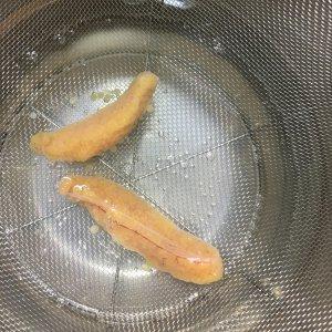 ニジマスの卵に熱湯をかけて湯通しする