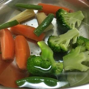 冷凍野菜は熱湯を掛けて一旦こぼし、塩分濃度10%の熱湯に浸けておく