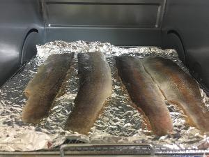 漬けダレをふき取った切り身を皮目を上にして並べ7~8分上下火で焼く