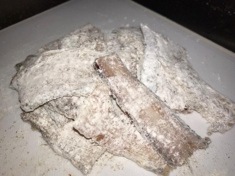 小麦粉をまぶした太刀魚の骨