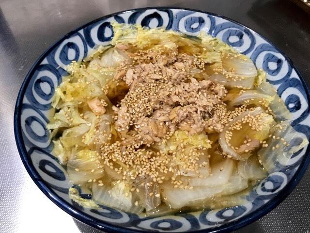 盛り付けした白菜とツナの煮物