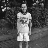 Even in midwinter, he wanders around in a T-shirt and shorts. When he gets cold, he runs. 真冬もTシャツと短パンで過ごす。寒ければ走る。