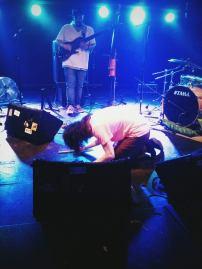 鼓手KEN敲擊地板中...