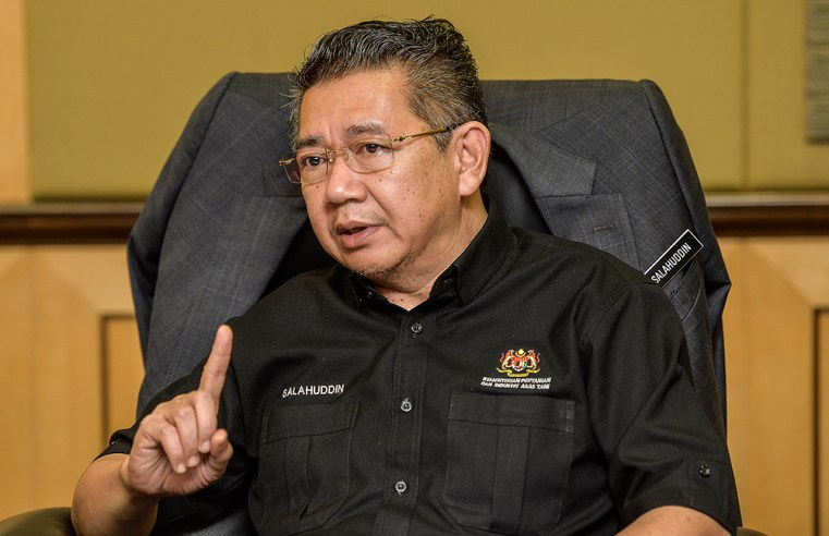Salahuddin, gaji kamu RM67k sebulan, tak perlu bodek Tun. Buat kerja!