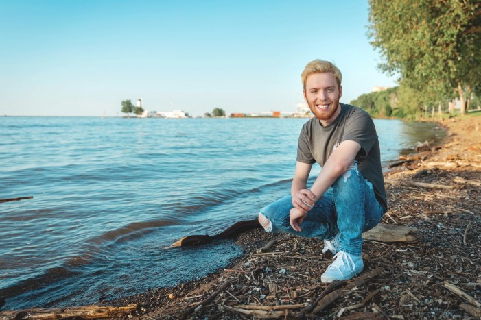 senior picture on lake erie