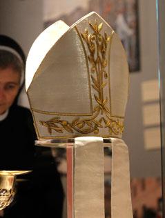 PapstInsignien Fischerring und rote Schuhe  religionORFat