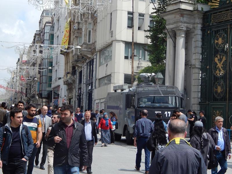 In der Nähe des Taksim-Platzes, ein Panzerwagen in der Fußgängerzone