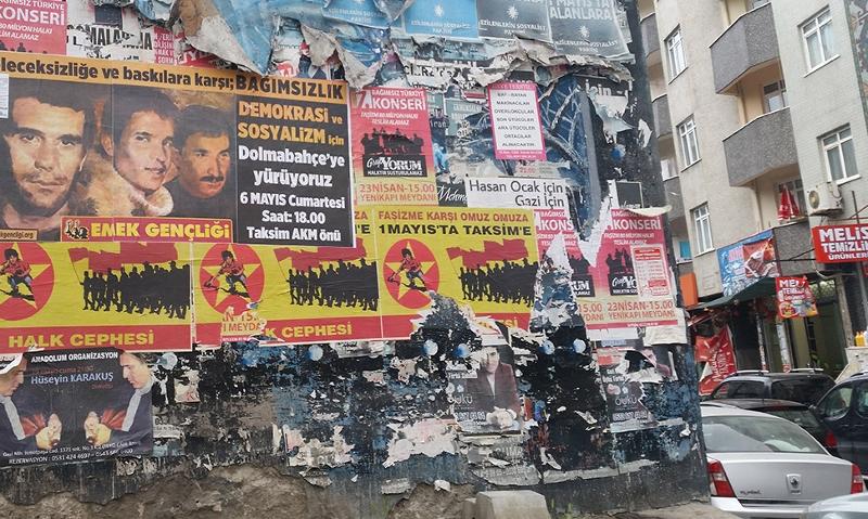 Plakate auf einer Hausmauer