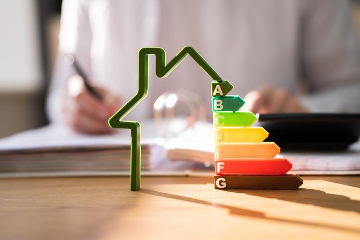 2008 óta ha lakást vásárolunk vagy bérbe adunk, a tranzakcióhoz szükséges az energetikai tanúsítvány. De mire jó és miért szükséges? Cikkünk ebben segít eligazodni.
