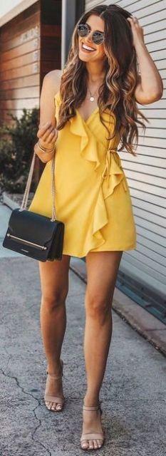 vestido curto amarelo