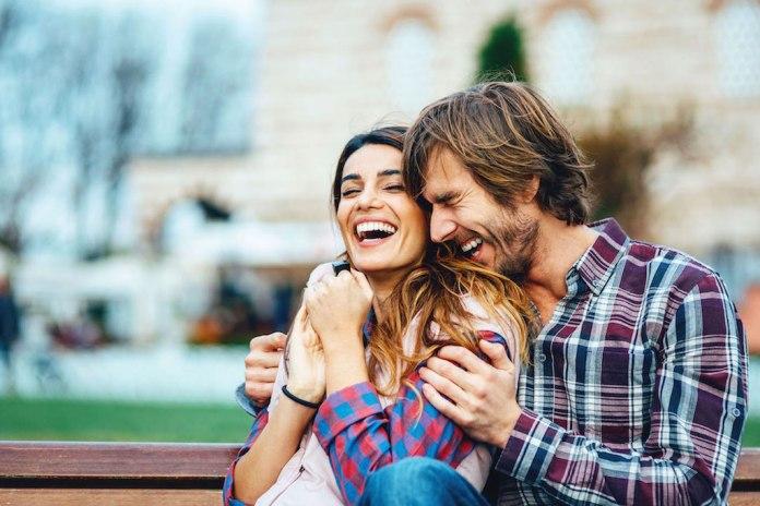 Resultado de imagen para parejas riendo