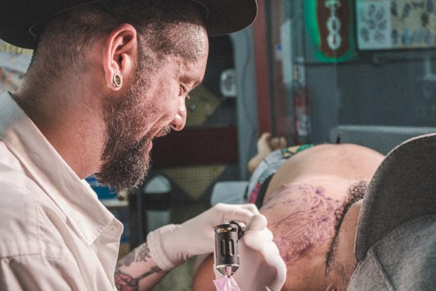Afinal, onde a tatuagem fixa na pele? - Tudo Sobre Tatuagem