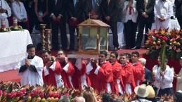 Una urna con ropa de Monseñor Romero fue transportada durante la misa de beatificación. Fotos de Rodrigo Arangua/AFP/Getty Images
