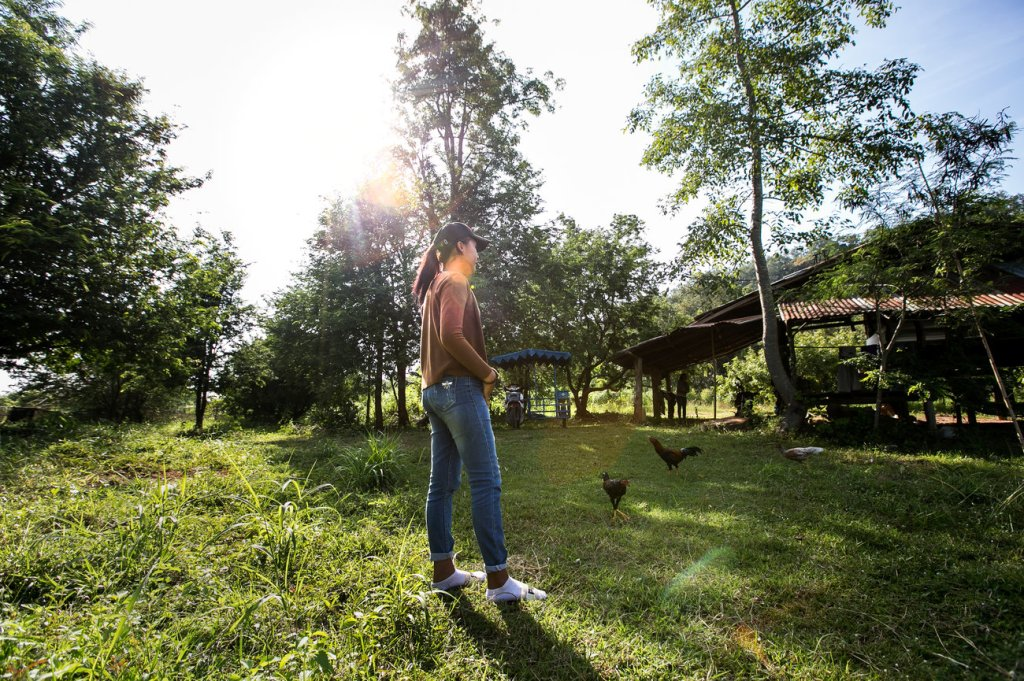 A posa para una foto en la granja de su familia en una provincia del noreste. Su primer nombre consiste en la inicial única.