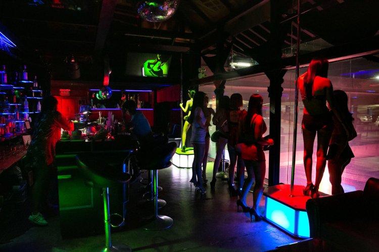 Mujeres bailan en un bar en el barrio rojo de Patpong en Bangkok.