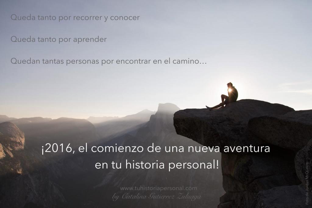 La silueta de una persona sentada en lo alto de una montaña. Frase que invita a recibir lo nuevo con optimismo. Haz tu balance.