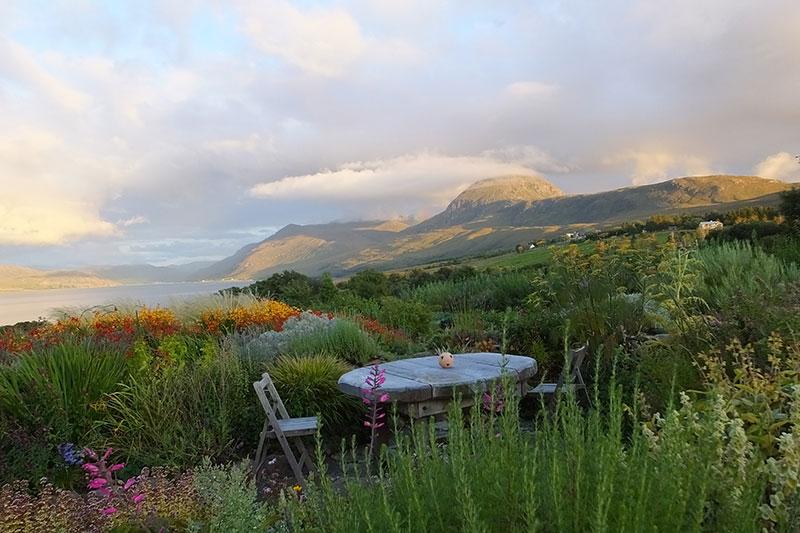 Een droomtuin met uitzicht op Little Loch Broom in Schotland