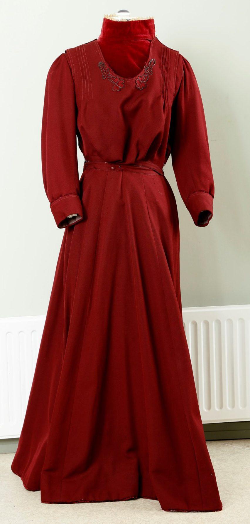 Punainen kolmiosainen Sofia Niemisen puku