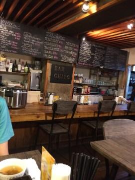 福岡の洋食「ちと」の店内カウンター