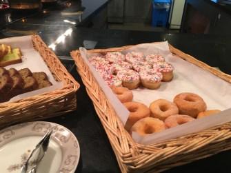朝食のマフィンとドーナツ