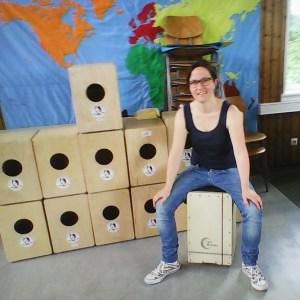 Cajon-Projekt an Grundschule in Esslingen, alle Klassen trommeln auf Cajons
