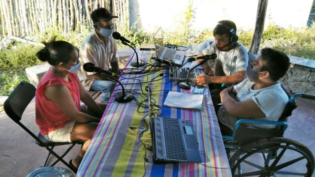 Jóvenes de Cholul entrevistando a señor Antonio