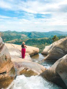 Hiking-Diyaluma-Waterfalls13-768x1024