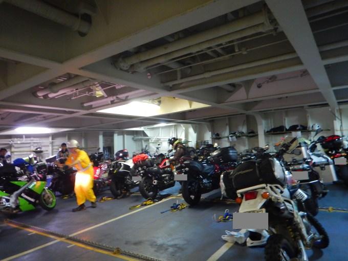 今回はバイク用の部屋に駐めました