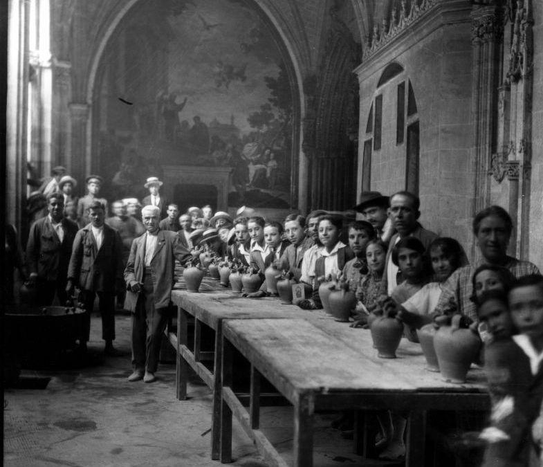 A beber agua en botijo a la Catedral de Toledo