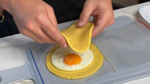Truco Fácil para hacer una Arepa de Huevo en Minutos